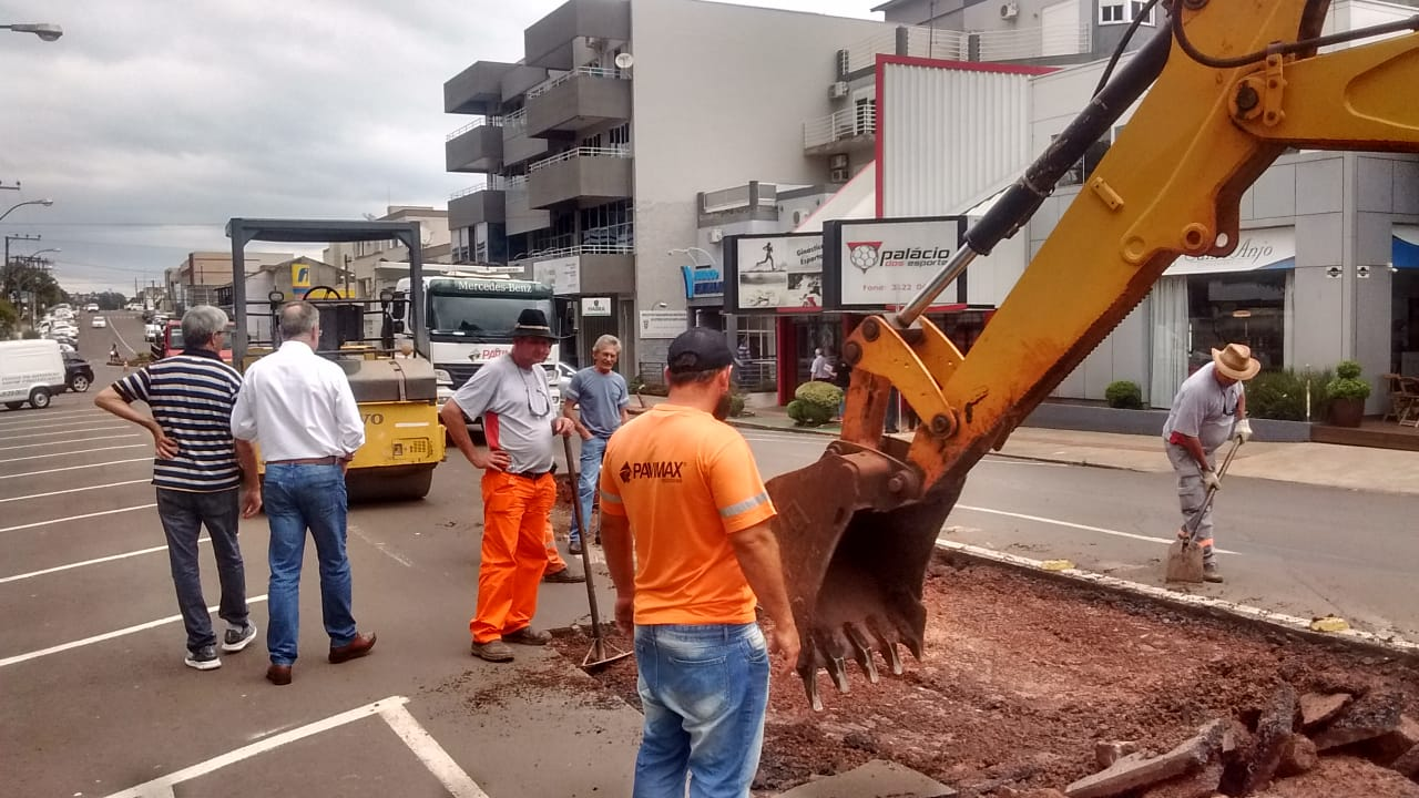 Município recupera pontos críticos de asfalto e calçamento