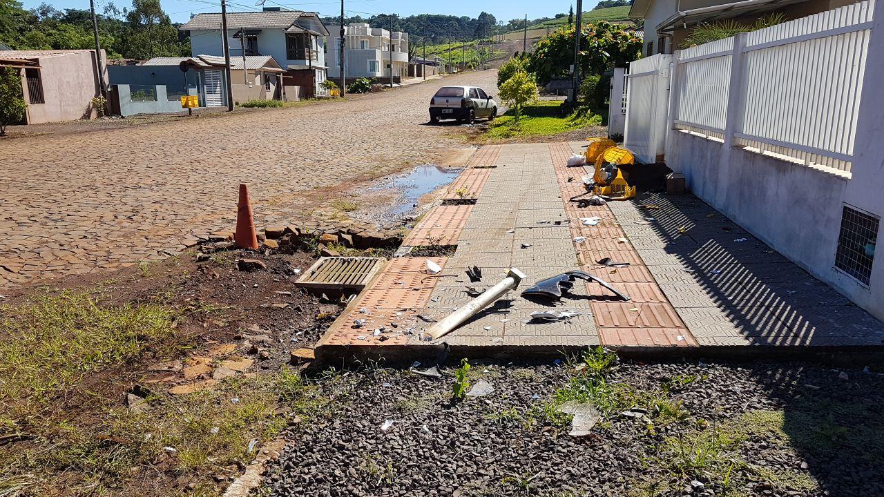 Motorista abandona veículo após colidir em outro carro, poste de luz e em lixeiras