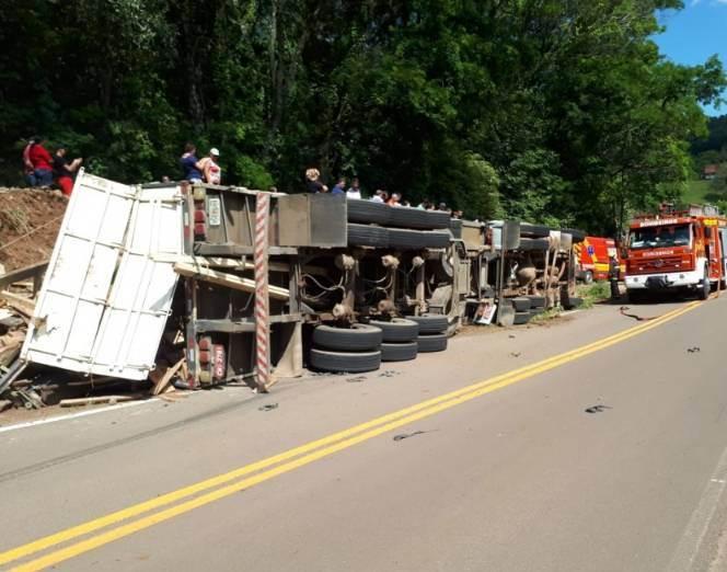 Motorista morre em tombamento de carreta na SC-492