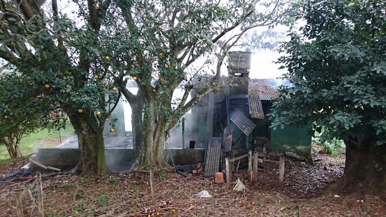 Residência é destruída pelo fogo no interior de Barra Bonita
