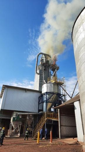 Vídeo: Incêndio atinge silo secador de grãos da Cooper A1 de Iporã do Oeste