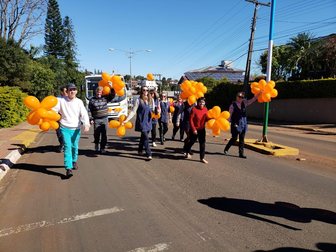 Caminhada abre programação do Agosto Laranja da APAE Caminho de Luz
