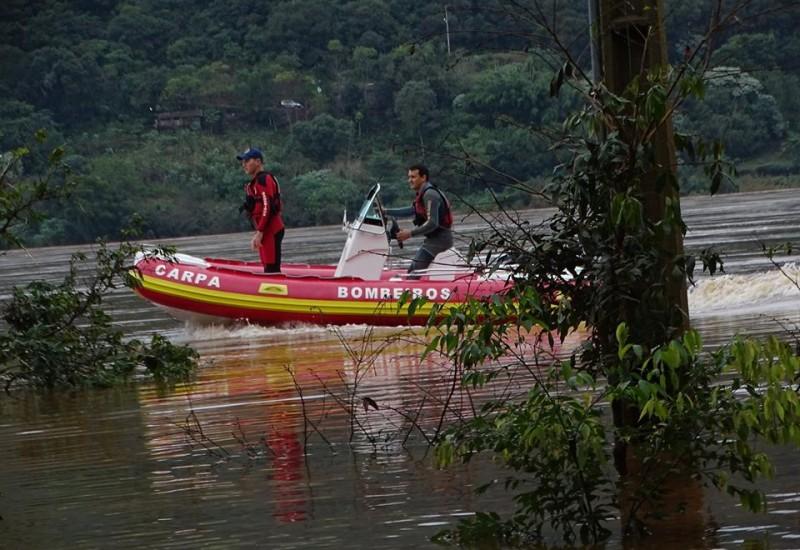 Bombeiros realizam buscas de pescadores desaparecidos