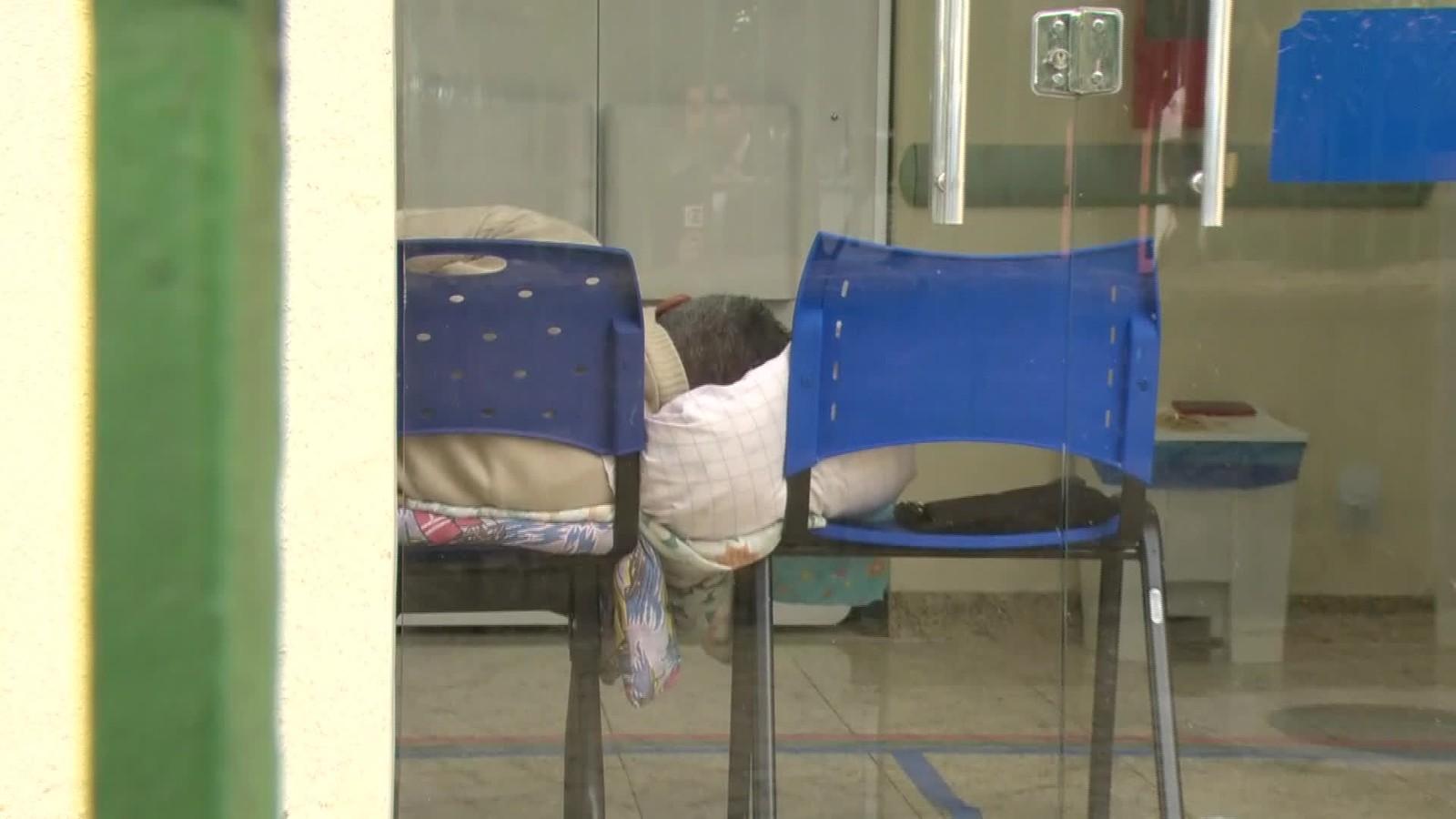 Pacientes com câncer são internados em cadeiras de plástico no RJ