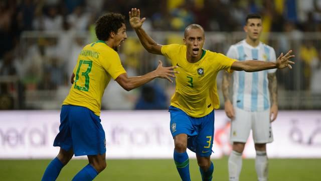 Brasil marca nos acréscimos e vence Argentina em amistoso