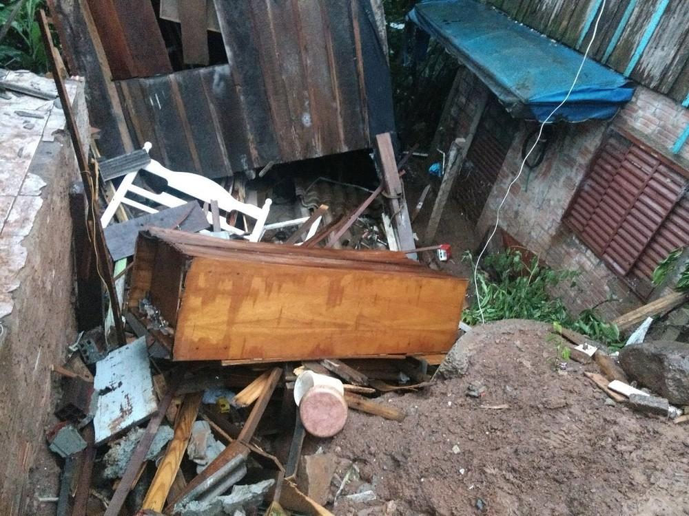 Devido às fortes chuvas, residência desaba em Chapecó