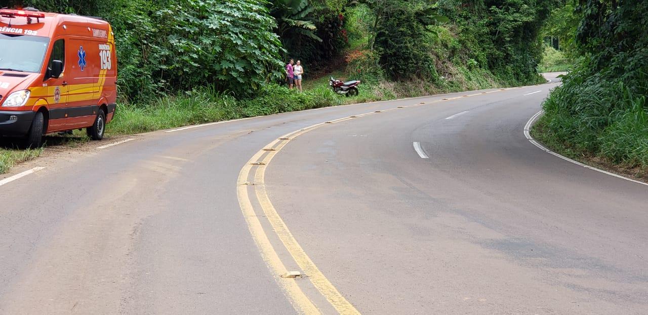Duas pessoas ficam feridas em queda de moto após tentativa de ultrapassagem na SC 386