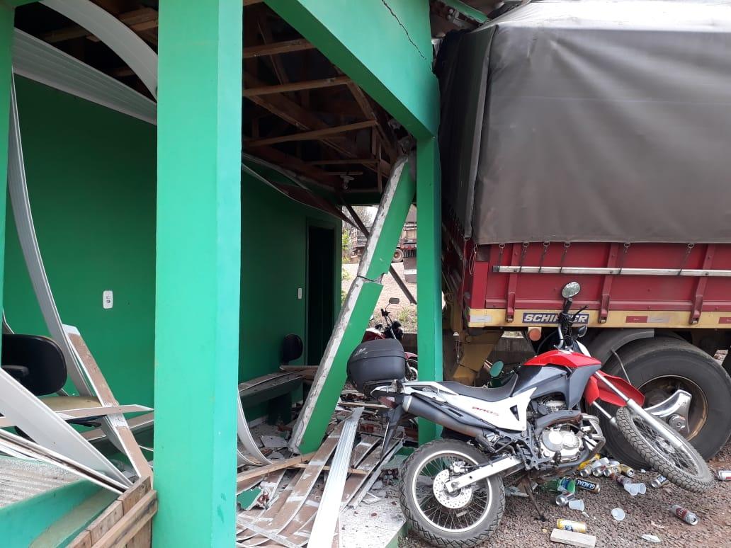 Carreta fica sem freios e atinge casa e motocicletas