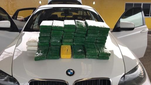 PRF de Guaraciaba apreende cocaína escondida em uma BMW