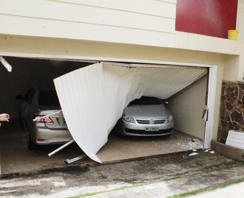 Veículo invade garagem de residência em Chapecó