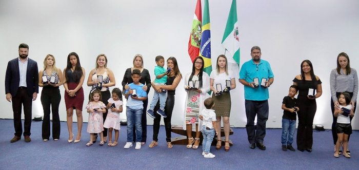 Vítimas e familiares do voo da Chape recebem cruz e medalha do mérito desportivo