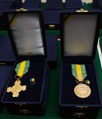Vítimas e familiares do voo da Chape recebem cruz e medalha do mérito desportivo