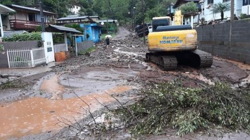 Chuva causa alagamento e destelhamento em municípios de SC