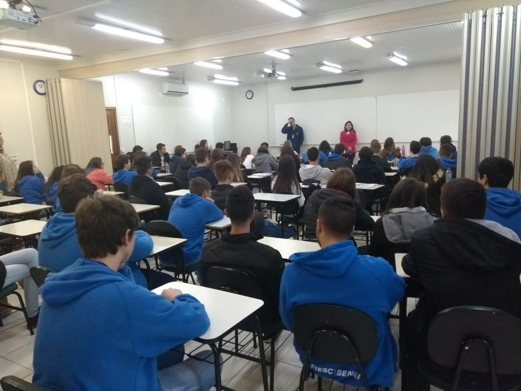 CREAS realiza rodas de conversa em escolas