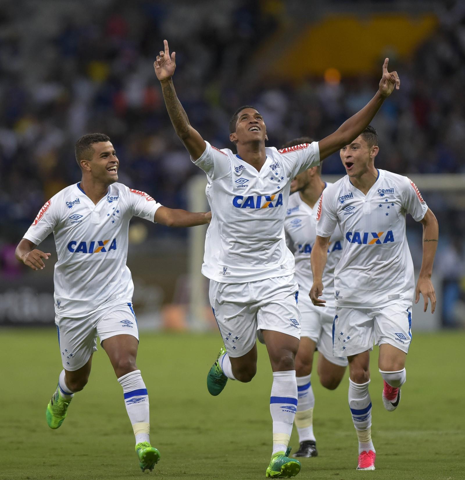 Vídeo: Com times alternativos, Cruzeiro vence a Chape em Minas