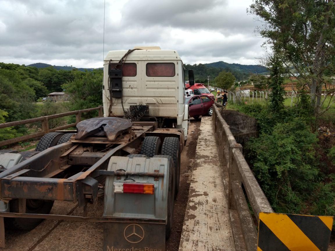 Acidente deixa mãe e filha feridas e interdita ponte na SC 159