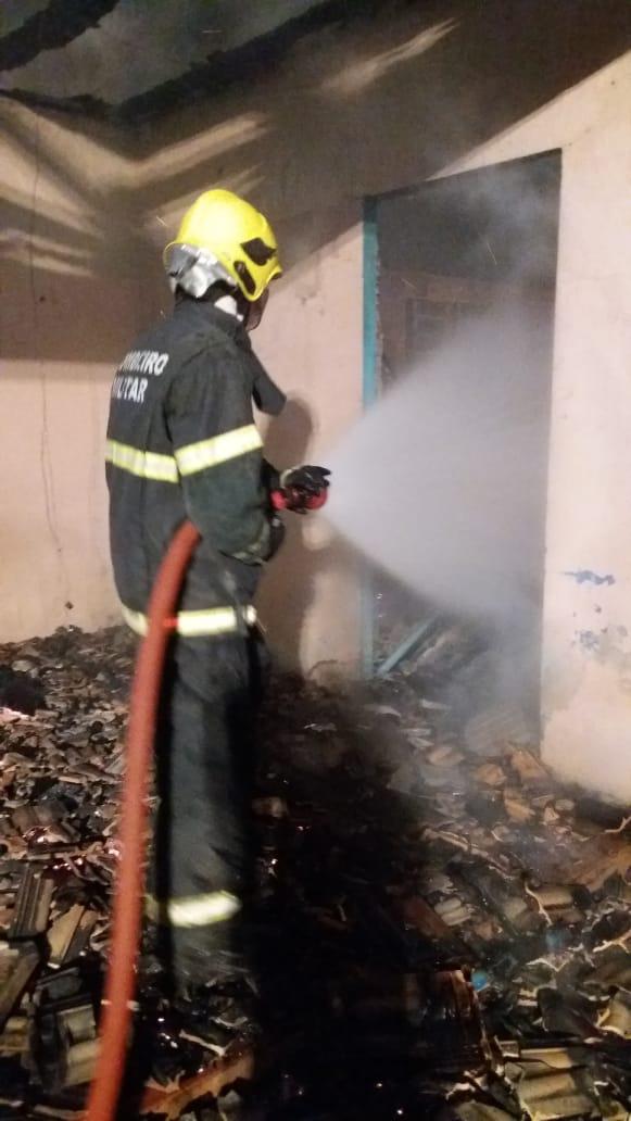 Antiga escola é destruída por incêndio no interior