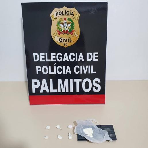 Suspeito de comércio de cocaína é preso em flagrante preparando droga para venda em Palmitos