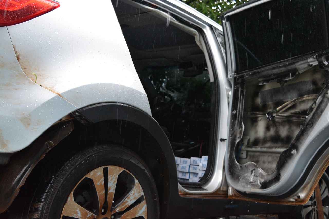 Motorista de veículo carregado com cigarros foge após acidente