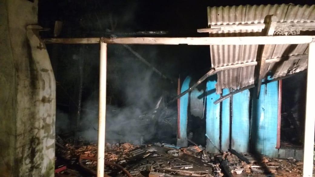 Casa fica destruída em incêndio em Guarujá do Sul