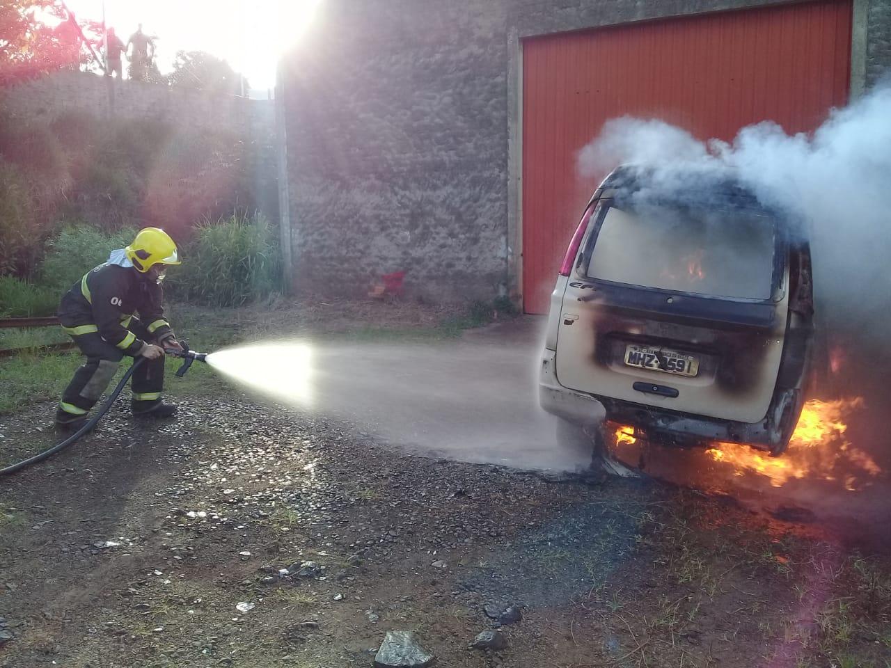 VÍDEO: Incêndio em veículo mobiliza bombeiros no início dessa manhã