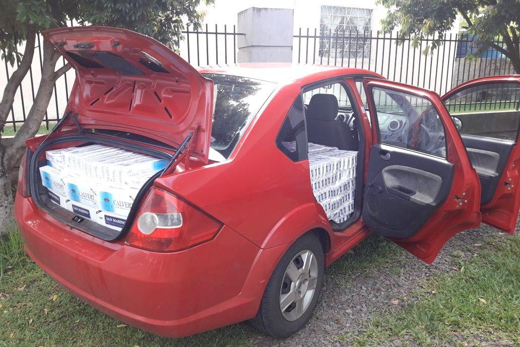 Carro furtado é recuperado carregado de cigarros