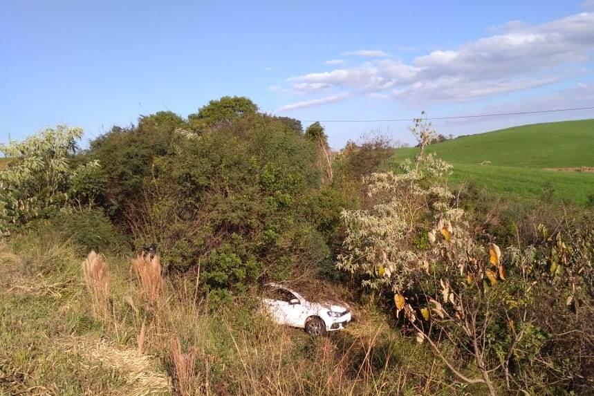 Veículo sai da pista e cai em barranco para evitar colisão na BR-163