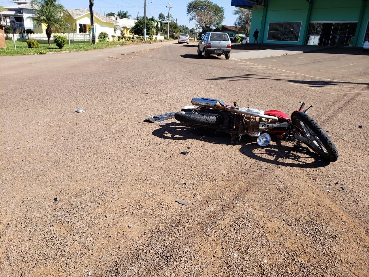 Motociclista fica ferido em colisão de carro e moto na SC 163