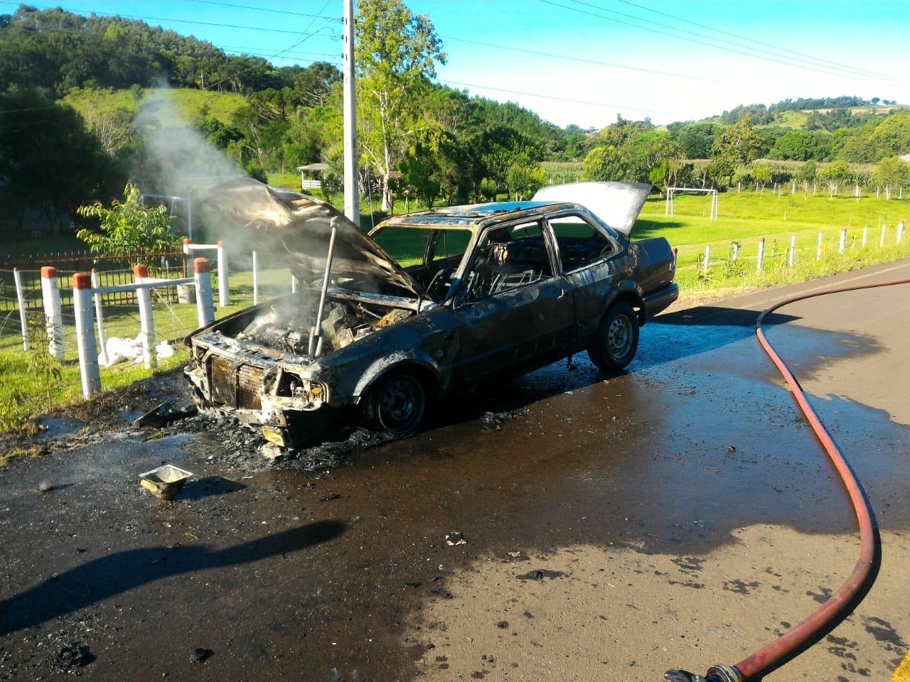 Carro é destruído em incêndio no interior de São José do Cedro