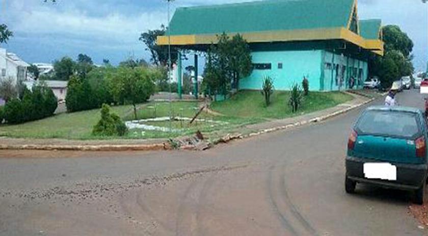 Caminhão danifica calçada próximo a rodoviária em Dionísio Cerqueira