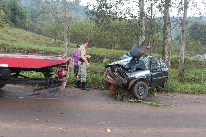 Motorista fica ferido em saída de pista e colisão em árvore na SC 283