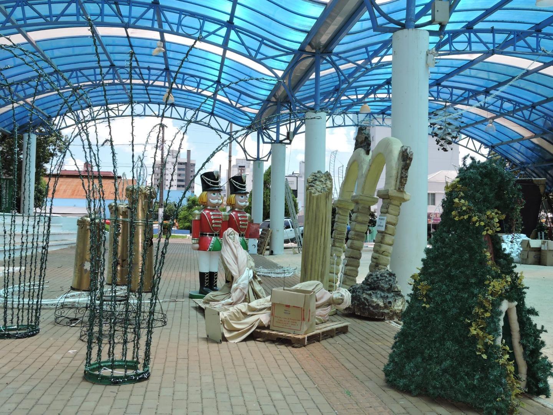 Equipes trabalham na retirada da decoração natalina em São Miguel do Oeste