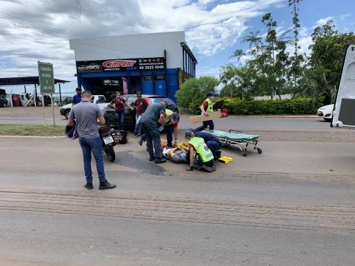 Motociclista fica ferido após colisão com carro na Willy Barth