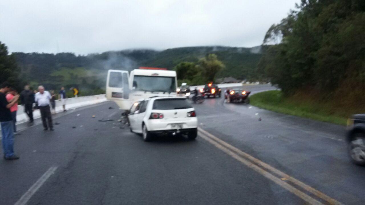 Colisão entre caminhão e carro mata quatro pessoas na BR 282 em Vargem
