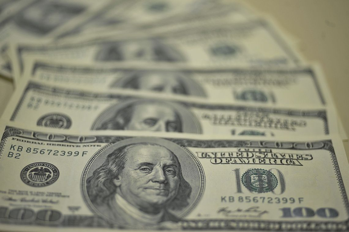 Dólar chega a cair abaixo de R$ 3,85, menor valor desde Agosto