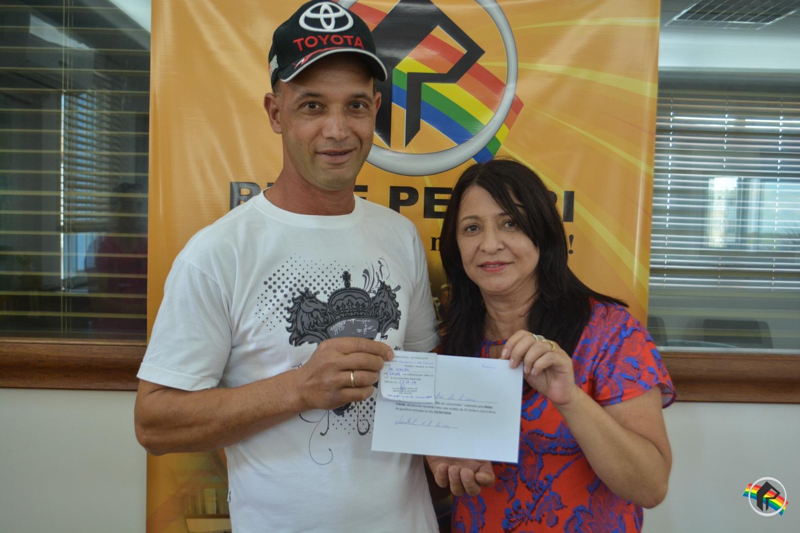 Ganhadores retiram o prêmio da promoção Mês do Consumidor