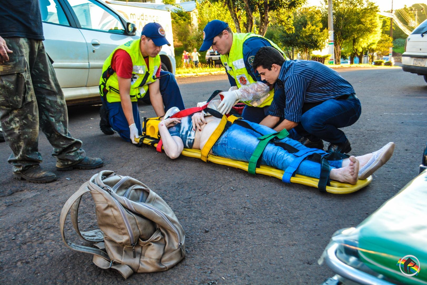 Mulher fica ferida em atropelamento no centro do município