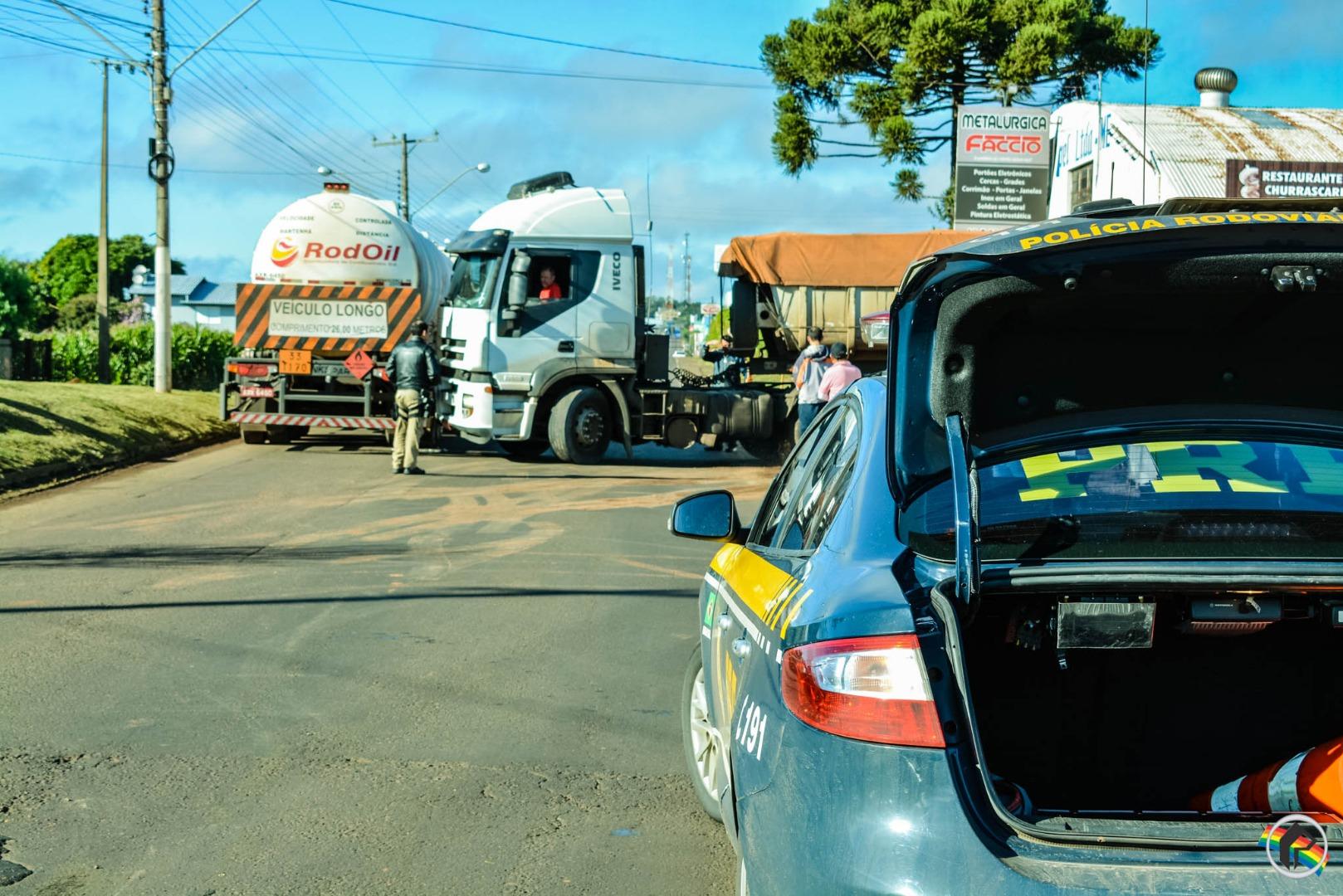 Carretas causam bloqueio parcial da Willy Barth em São Miguel do Oeste