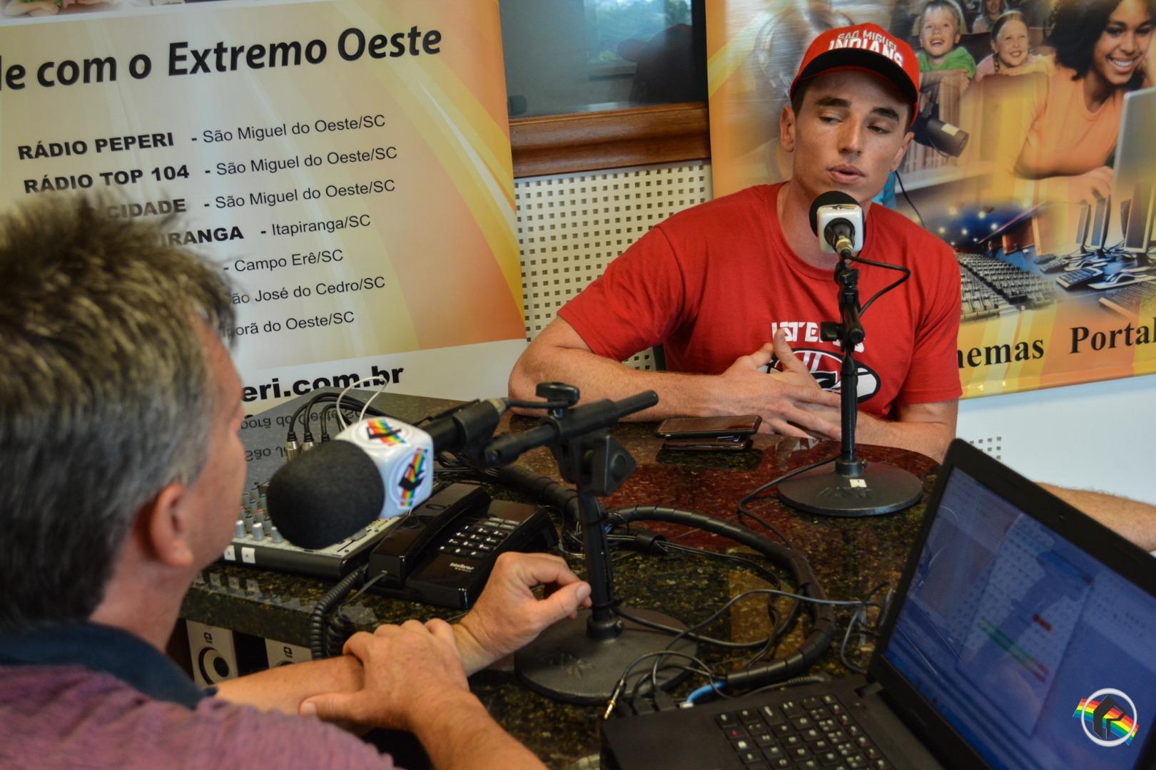 Jogador da Seleção Brasileira de Futebol Americano visita a Peperi