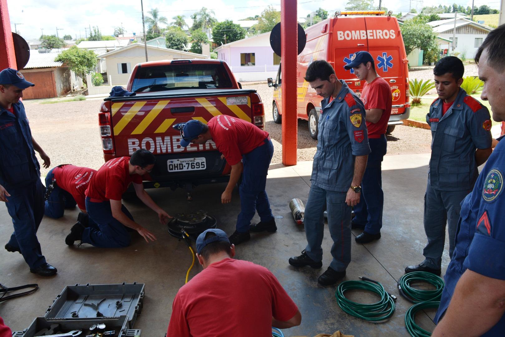 Bombeiros recebem capacitação com almofadas pneumáticas