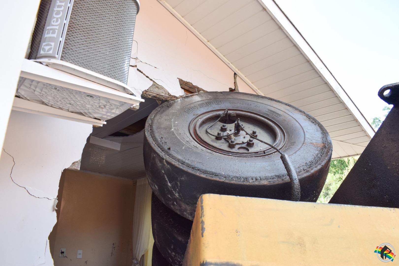 VÍDEO: Máquina cai de barranco e atinge residência em São Miguel do Oeste