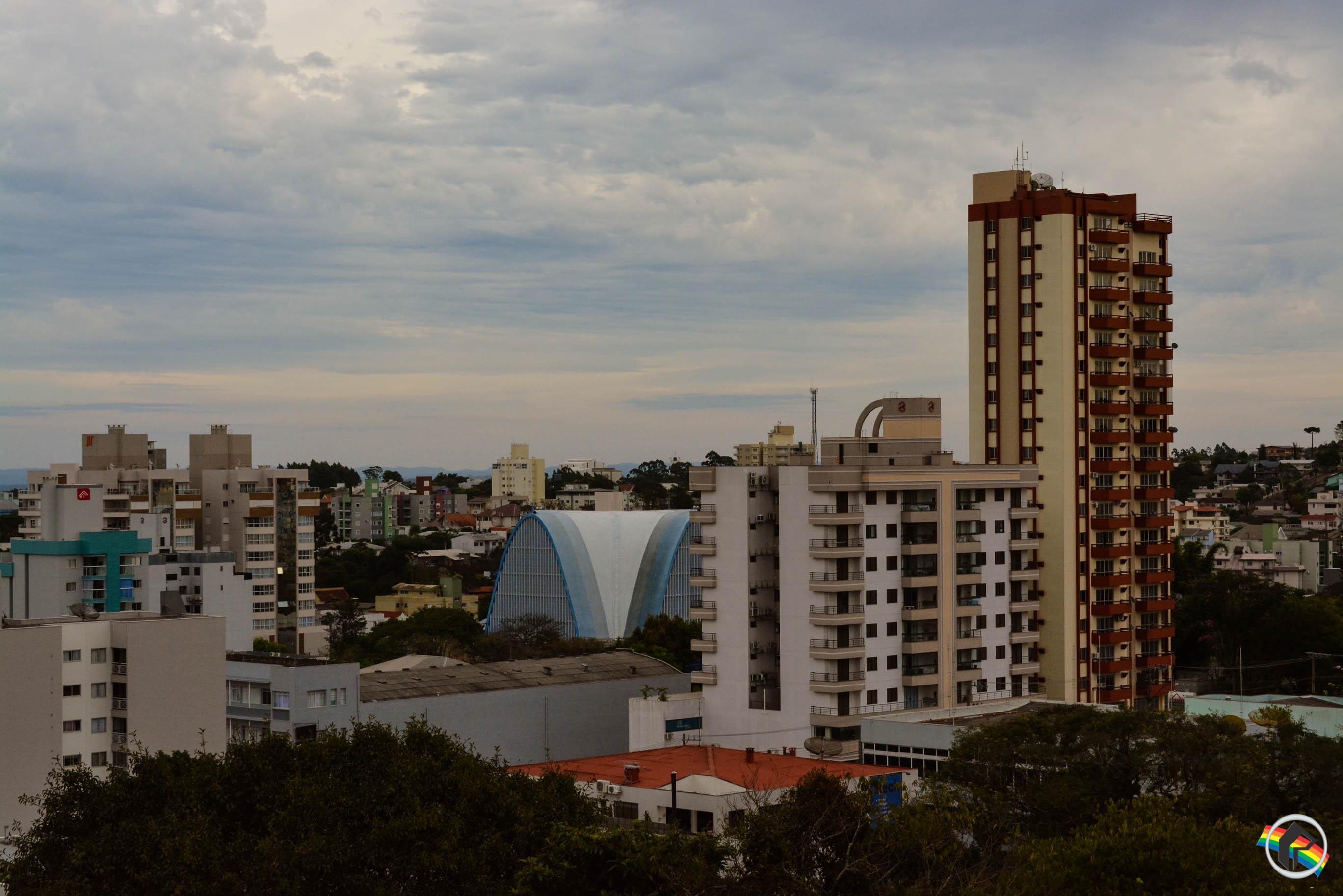 Semana começa com céu nublado e alerta para temporais em SC