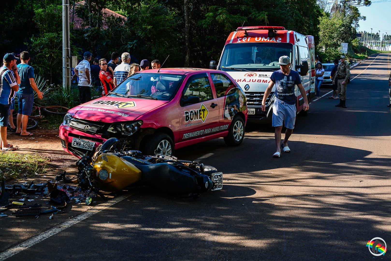 Dois veículos e uma motocicleta se envolvem em acidente; motociclista fica ferido