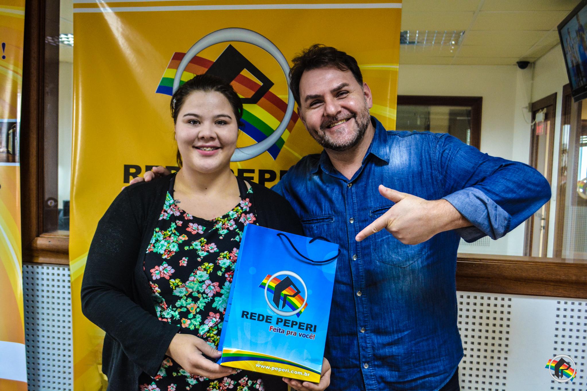 Ganhadora da promoção do Dia dos Namorados da TOP 104 FM retira prêmio
