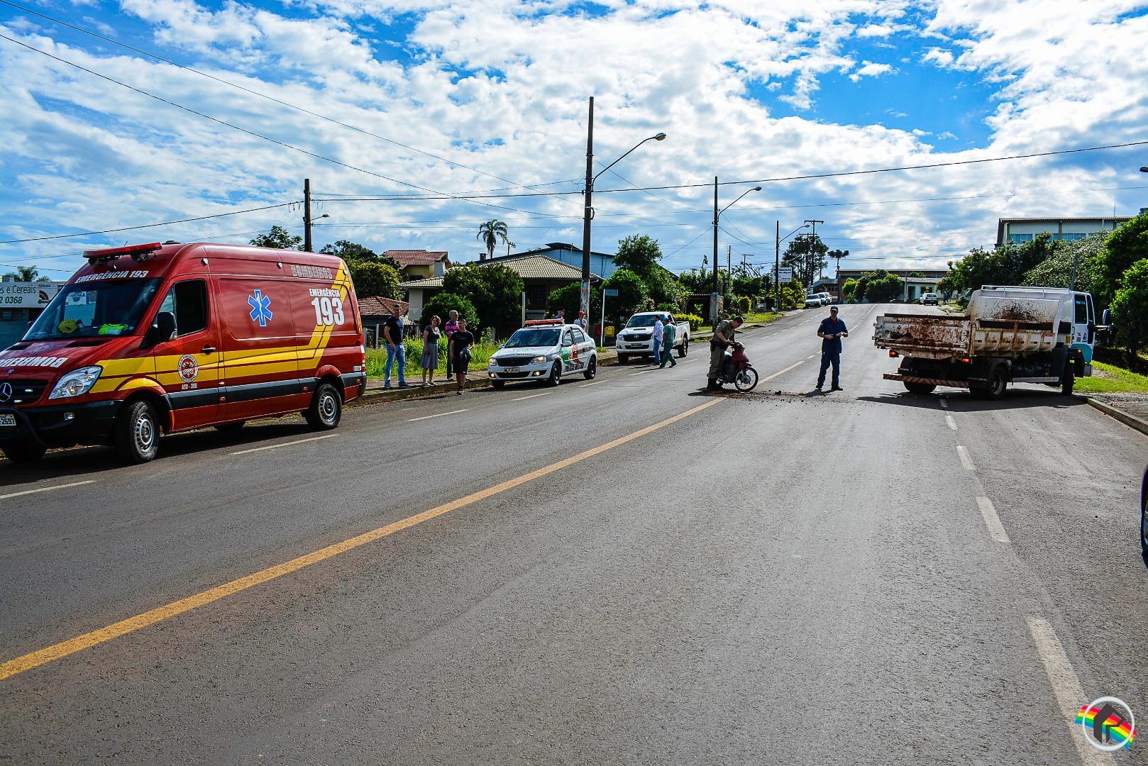 Motociclista fica ferido após colidir contra caminhão da Casan