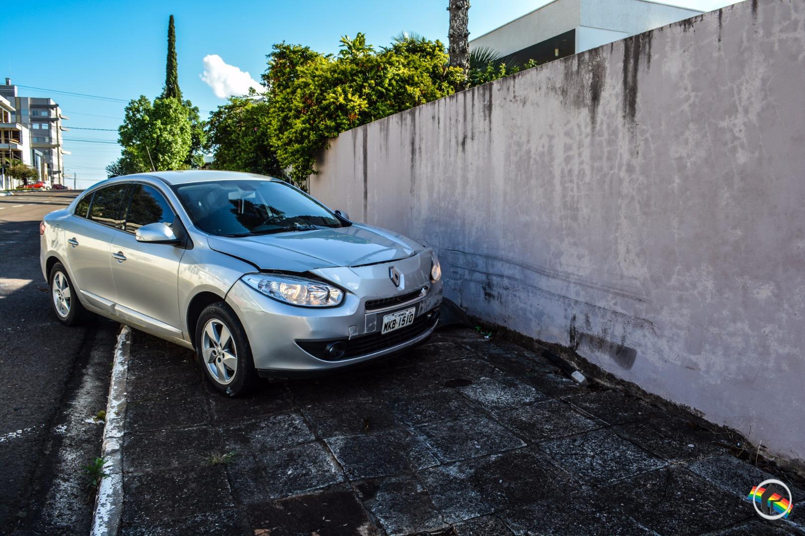 Mulher confunde pedais e bate carro contra muro em São Miguel do Oeste