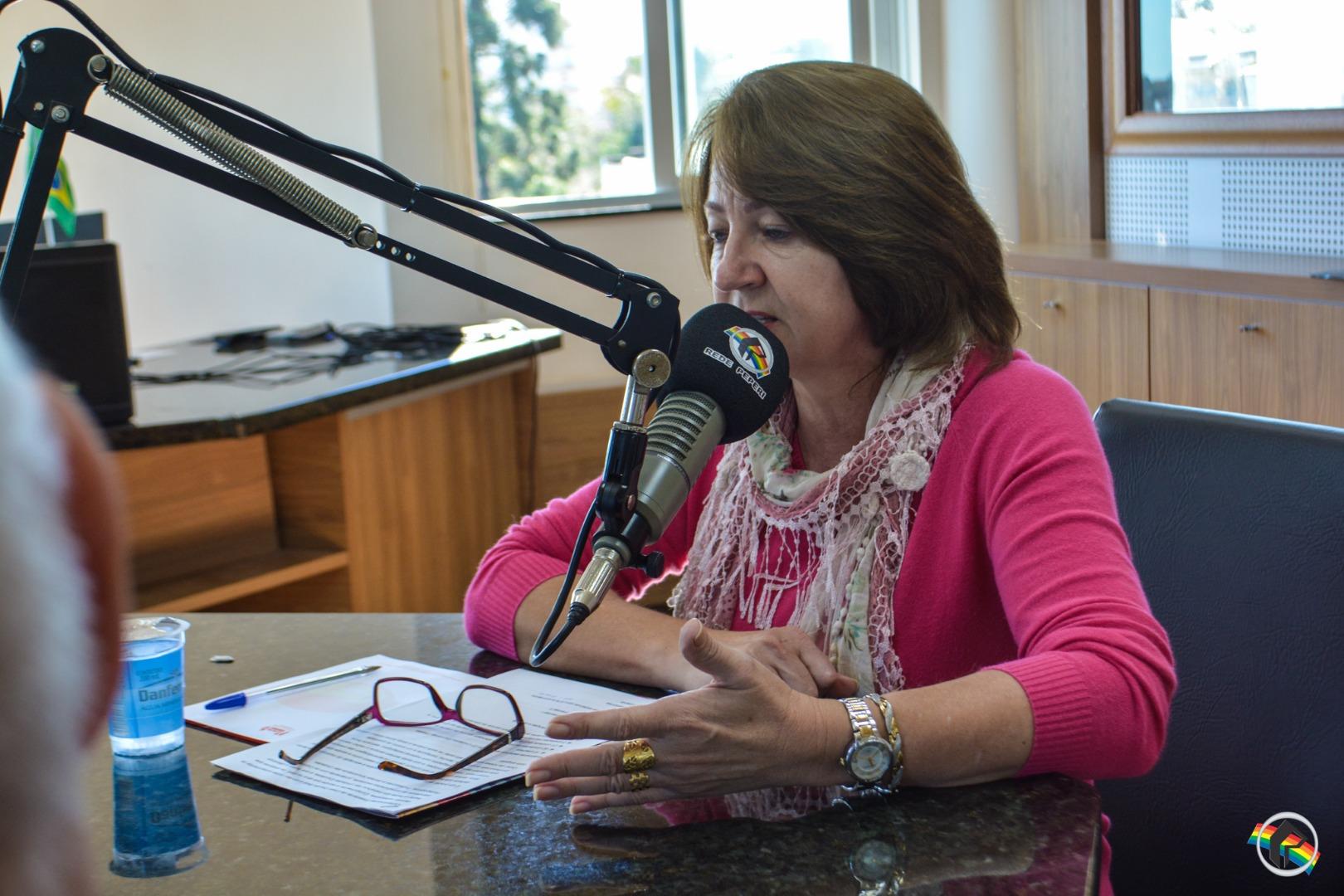 VÍDEO: Peperi Rádio Repórter recebe a Secretária de Educação