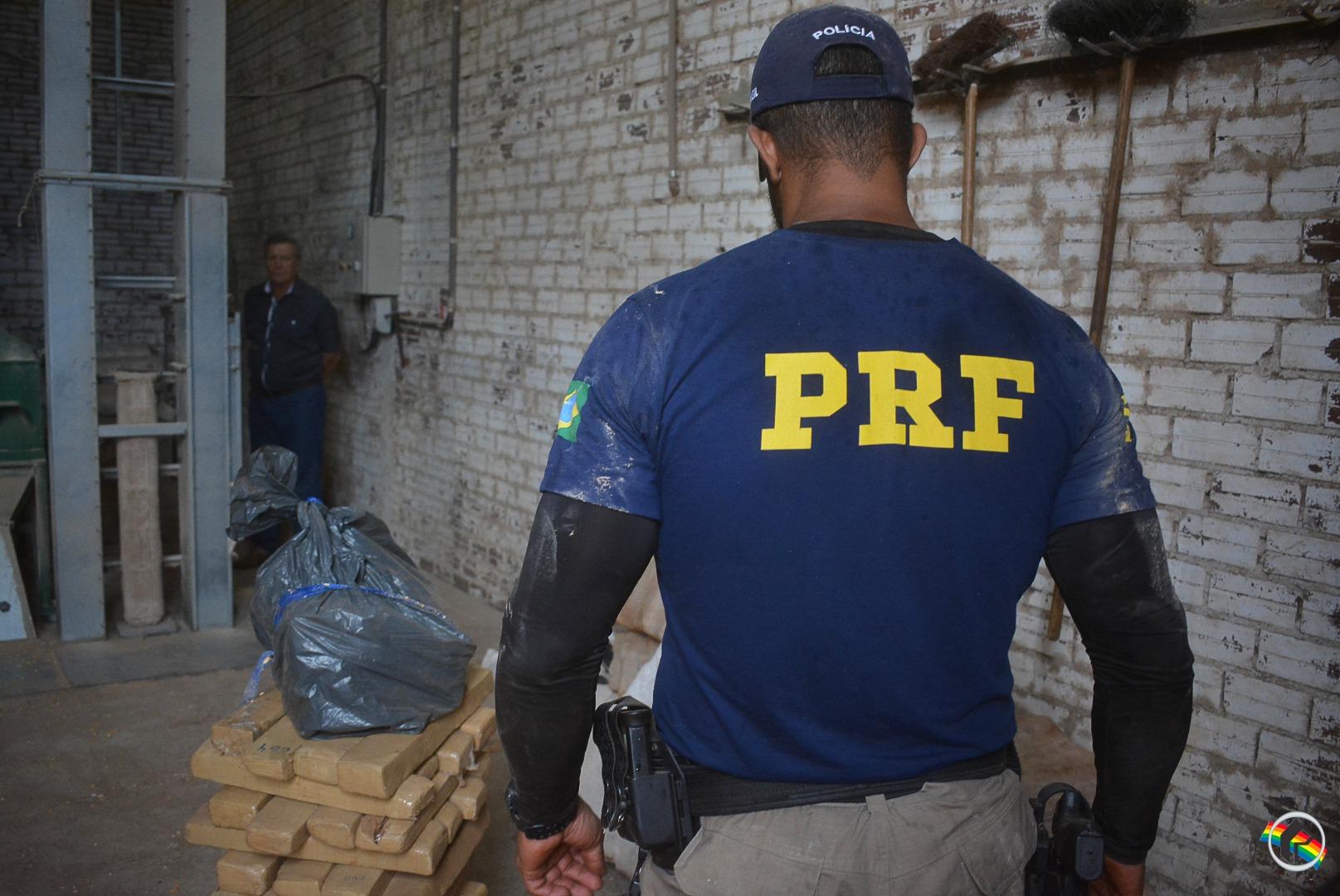 PRF finaliza pesagem e confirma, 827 kg de maconha e 1 kg de cocaína