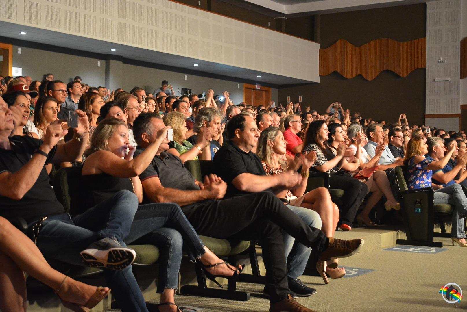 Em noite de solidariedade, Victor e Léo realizam show em prol da APAE
