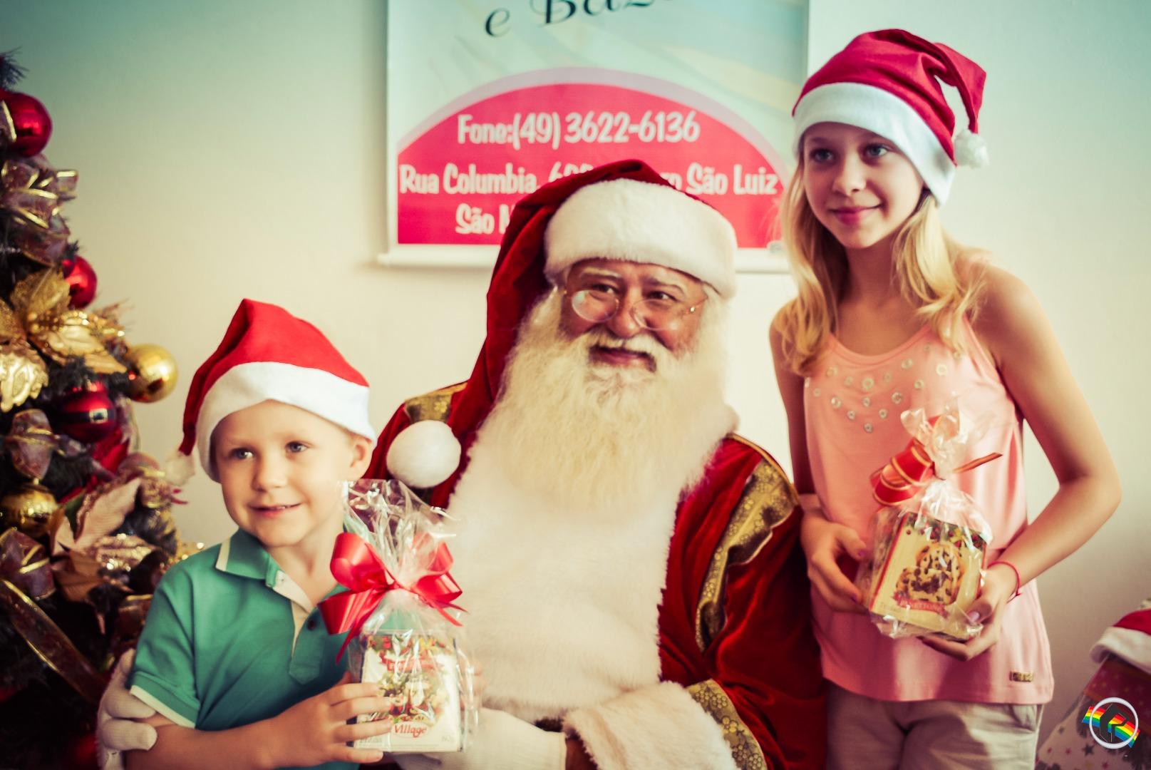 Mais de 50 crianças almoçam com Papai Noel do Brasil